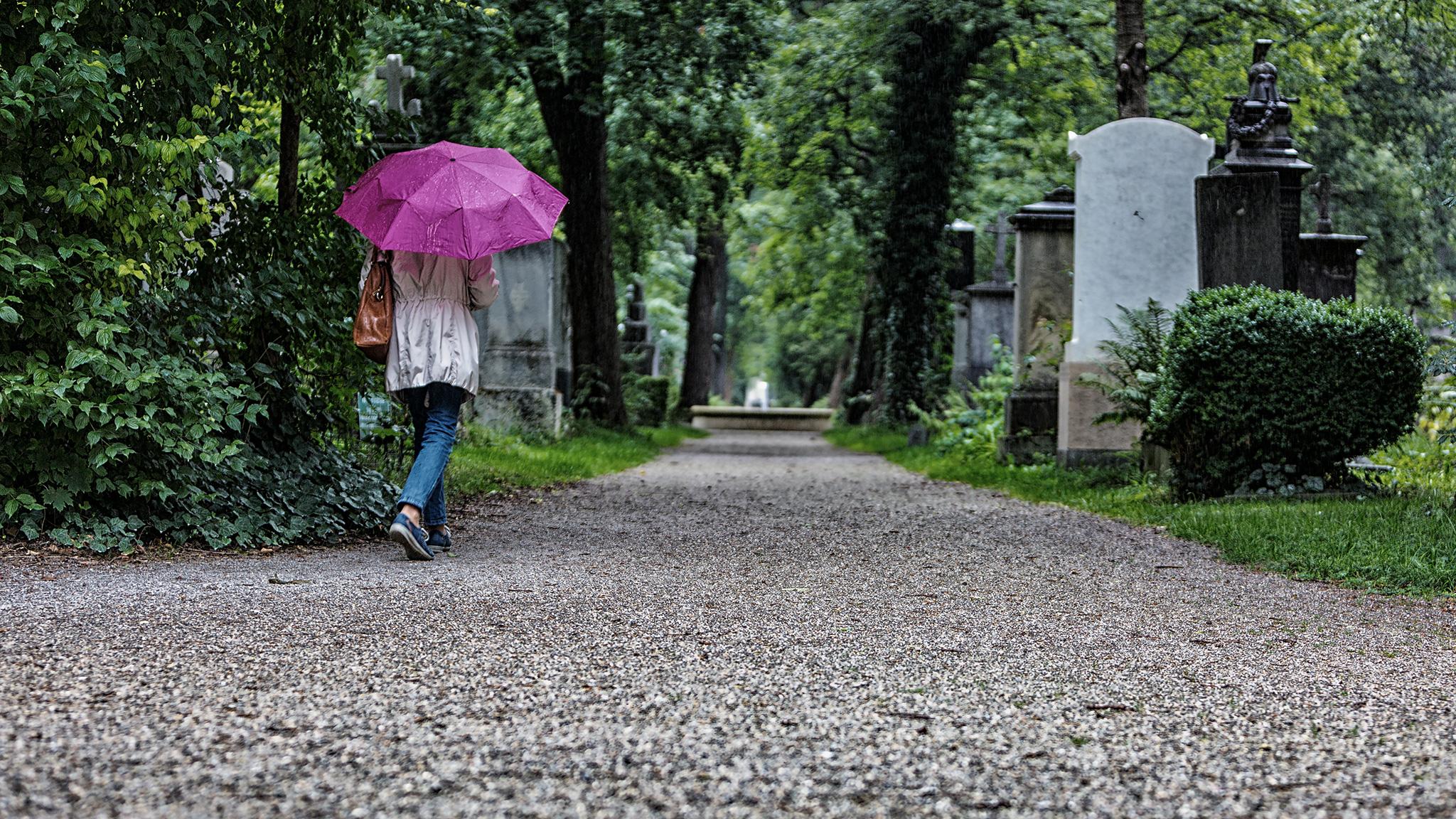 Besucher auf dem Friedhof