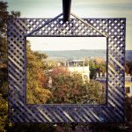 Blick durch einen Rahmen auf Kassel