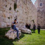 Jugendlicher an der Altstadtmauer von Jerusalem