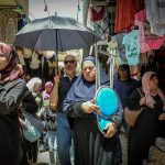 Passanten beim Einkaufen in Jerusalem