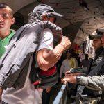 Sicherheitskräfte kontrollieren in Jerusalem Passanten