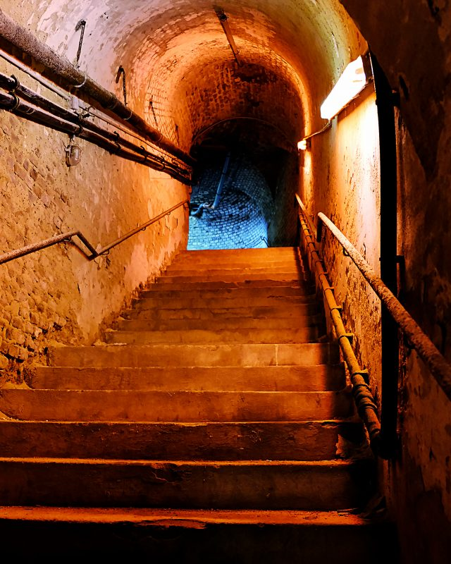 Treppe in rotem Licht