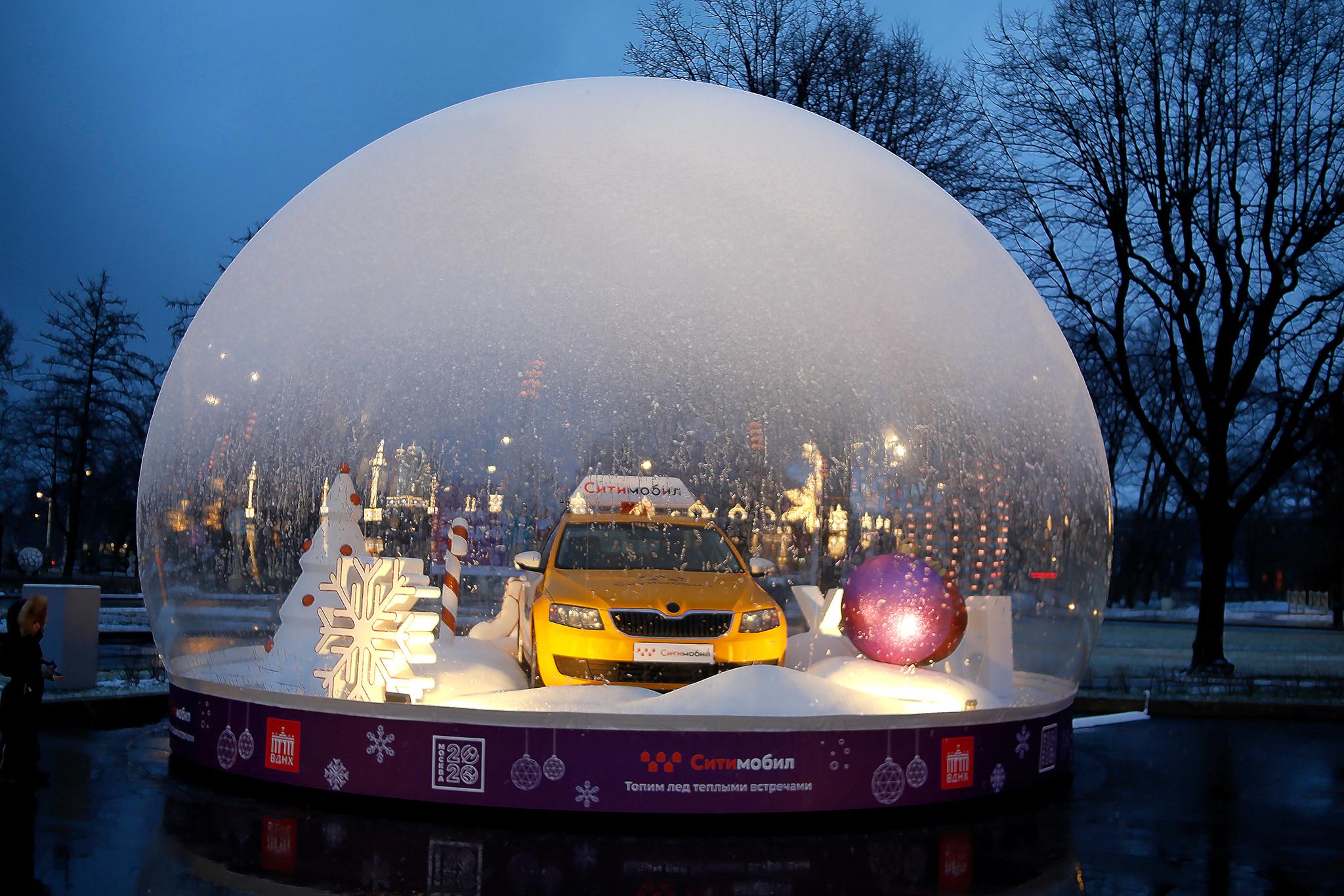 Eine Weihnachtskugel im Moskauer VDNH Park