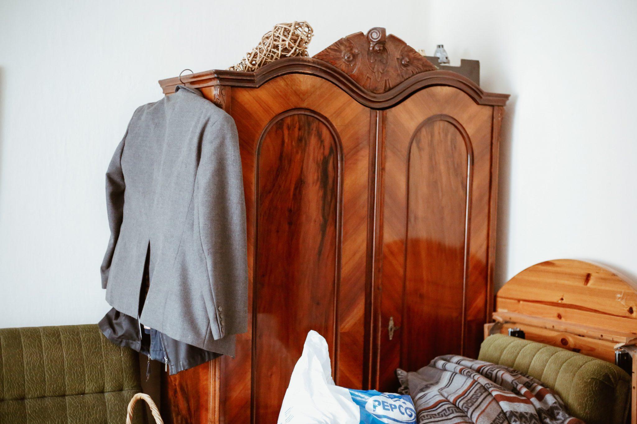 Mahagonischrank mit Anzug