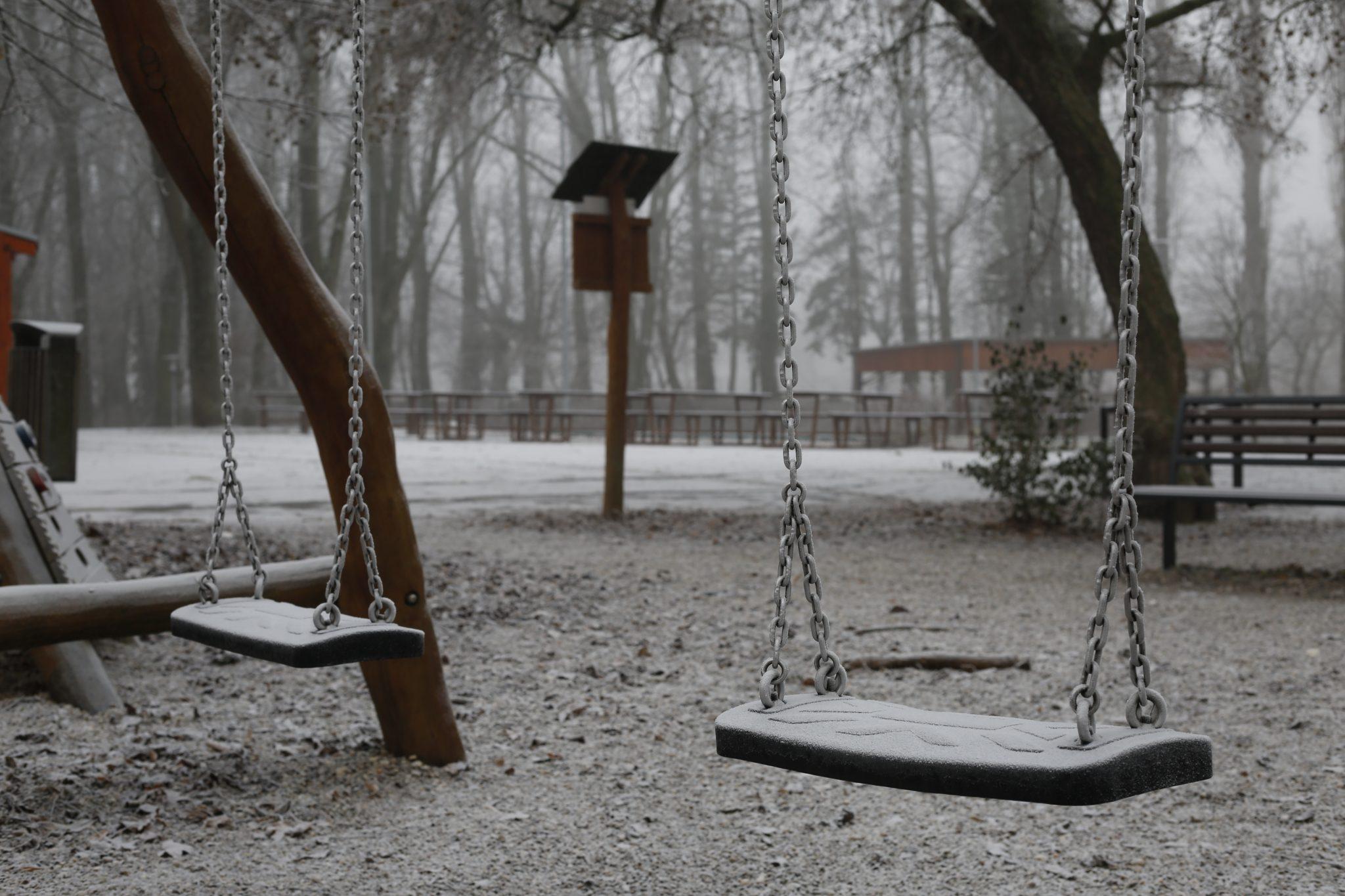 Schaukeln mit Raureif im Winter
