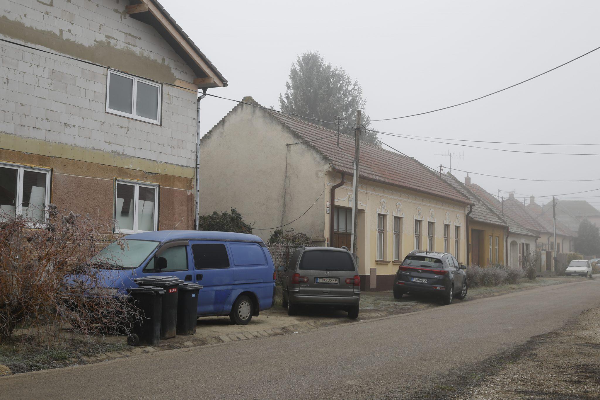 Straße mit Blick auf ein altes Bauernhaus